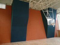 Высокий скалодром в спортзале