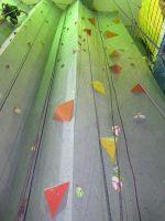 Высокая стена скалодрома RedPoint